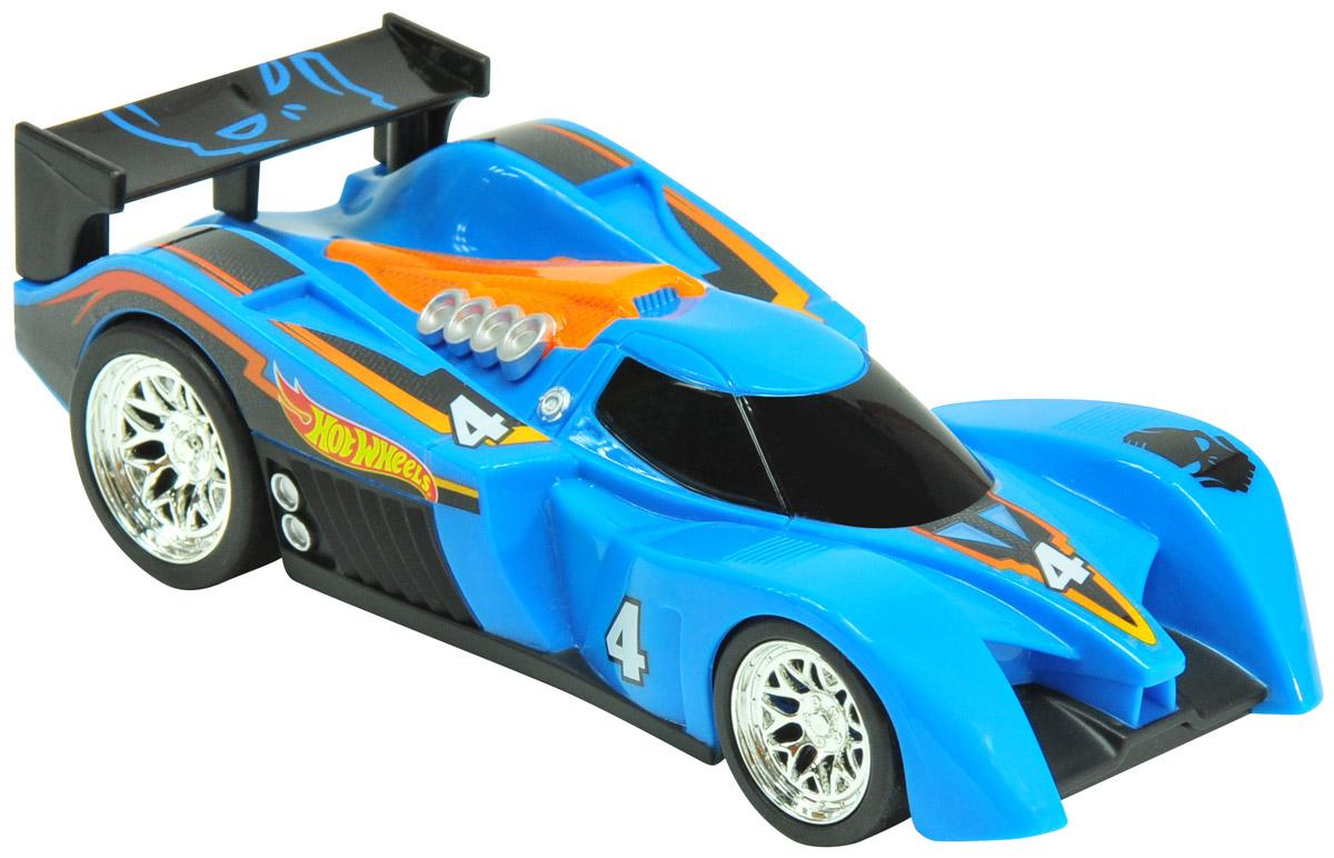 Hot Wheels Машинка инерционная 24 OursHW90561Небольшая, яркая и стильная гоночная машинка Hot Wheels 24 Ours - отличный вариант приятного подарка для мальчика. Freeway Flyer - это новая серия машинок Hot Wheels со световыми эффектами. Машинки этой серии оснащены инерционным механизмом. Корпус машинки выполнен в синем цвете и украшен стильными яркими принтами, диски колес - блестящие хромированные, заднюю часть машины украшает большой черный спойлер. Машинка изготовлена из пластика. Для того чтобы запустить машинку в движение, необходимо потянуть ее назад и отпустить. Игрушка имеет как игровую, так и коллекционную ценность. Рекомендуется докупить 2 батарейки напряжением 1,5V типа LR44/AG13 (товар комплектуется демонстрационными).