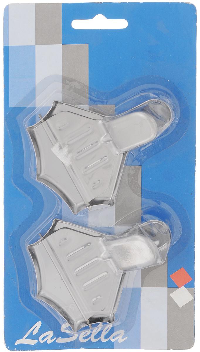 Щипцы для цитрусов LaSella, цвет: серебристый, 2 штHD8046Щипцы для цитрусов LaSella - это кухонная принадлежность, с помощью которой можно отжать сок из ломтиков цитрусовых. Состоит из двух скрепленных между собой частей: в нижнюю положите ломтик лимона или апельсина, накройте верхней пластиной, плотно прижмите и с усилием надавите пальцами на ручку устройства, чтобы выжать сок. Щипцы для цитрусов LaSella можно использовать во время чаепития, чтобы волокна и мякоть не попали в чашку.С помощью щипцов можно легко добавить небольшое количество свежевыжатого сока в выпечку. Размеры щипцов: 9 х 7 х 0,5 см.