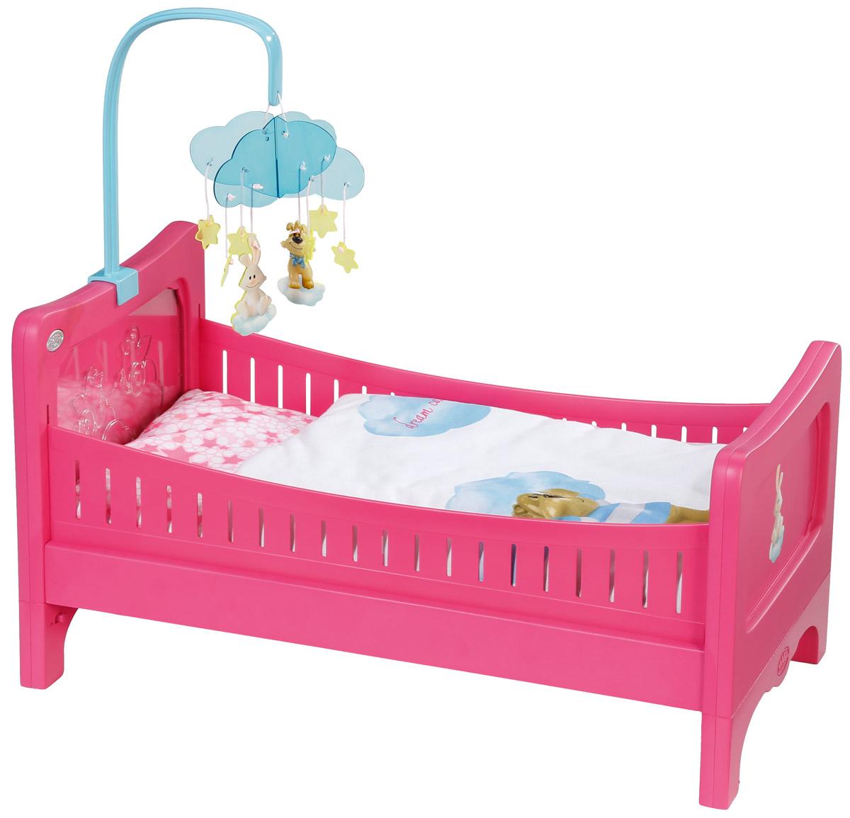 Baby Born Кровать для кукол822-289Прелестная кроватка Baby Born создана, чтобы малышка Baby Born сладко спала и видела сказочные сны. Кроватка выполнена из прочного пластика и украшена рельефными изображениями зверят. В комплект также входит матрасик, подушка и одеяло для куклы. Кроватка легко разбирается и легко собирается, что позволяет легко хранить ее и брать с собой в дорогу. Если положить куклу на кровать и нажать на кнопку вверху подвесной мобили, то подвеска зазвучит и начнется светится изображениями двух птичек. Такая кроватка прекрасно подходит для милой куколки Baby Born! Теперь ваша малышка сможет убаюкивать своих кукол в удобной детской кроватке. Порадуйте ее таким замечательным подарком! Подходит для кукол Baby Born высотой 43 см. Кукла в комплект не входит. Необходимо докупить 3 батарейки напряжением 1,5V типа AАA (не входят в комплект).
