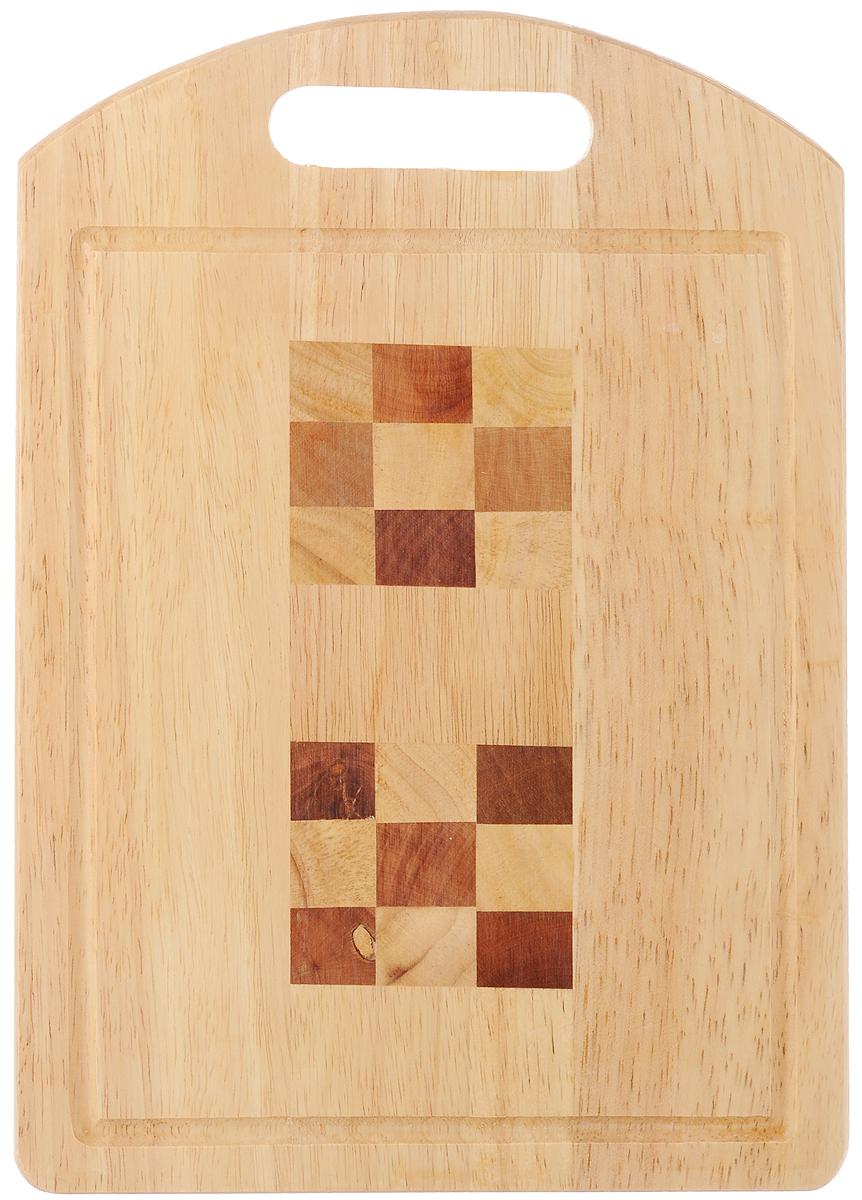 Доска разделочная House & Holder, с ручкой, 32 х 22,5 х 1,8 смB111Доска разделочная House & Holder изготовлена из гевеи. Гевея входит в семейство элитного красного дерева. Изделия из этого дерева отличаются твердостью, долговечностью и стойкостью к гниению. Доска оснащена ручкой для более удобного использования. Функциональная и простая в использовании, разделочная доска House & Holder прекрасно впишется в интерьер любой кухни и прослужит вам долгие годы. Не рекомендуется мыть в посудомоечной машине. Размер доски: 32 х 22,5 см. Толщина доски: 1,8 см.