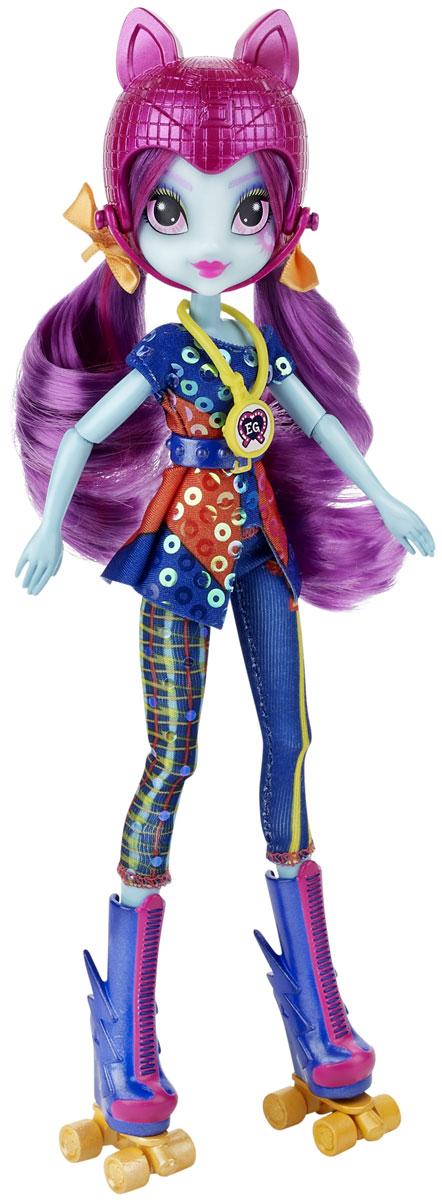 My Little Pony Кукла Sunny Flare Sporty StyleB1772EU4_B5683Пони-девочка Sunny Flare из мультфильма Equestria Girl - это удивительная и очаровательная кукла, которую так давно ждали ценители маленьких пони. У нее Flare тело необычного голубого оттенка и фиолетовые волосы, собранные в два хвостика. Глаза у куклы очень красивые и выразительные, бледно-розового цвета. На щеке изображена кьюти-марка девушки-пони. Кукла одета в блестящую кофточку и облегающие лосины. У нее очень стильная обувь: высокие сапоги до колен, синие с розовой шнуровкой и желтые ролики. Ножки куклы, как и ее руки, могут двигаться и сгибаются. Голову можно поворачивать, а волосы - распустить и расчесывать, а также делать из них прически по своему вкусу. В комплект вместе с куклой входит коллекционная карточка. А еще у куклы есть необычный аксессуар - ожерелье с медалькой. Если его отсканировать приложением Friendship Games на мобильном устройстве, в нем откроются бонусные возможности.