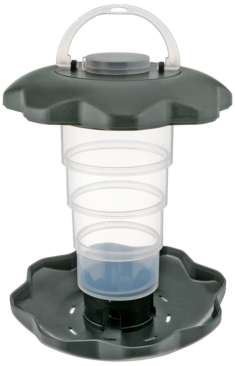 Кормушка для птиц Triol, складная, 15 х 15 х 19,5 смPL04Кормушка для птиц Triol выполнена из высококачественного пластика в виде уличного фонаря. Она отлично подходит для среднезернистого корма, кроме того кормушка складывается до компактных размеров что поможет защитить корм от дождя. Изделие легко мыть - просто ополосните её теплой водой, а специальный поддон с дозатором будет поддерживать оптимальное количество корма. Кормушка оснащена ручкой и крючком, чтобы повесить ее на улице в любом понравившемся вам месте. Кормушка вмещает в себя около 400 г корма. Размер кормушки (р разложенном виде): 15 х 15 х 19,5 см. Размер кормушки (в сложенном виде): 15 х 15 х 6 см.