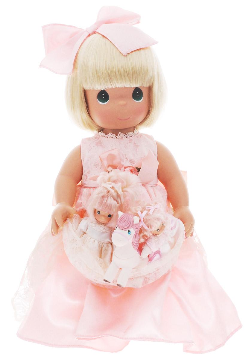 Precious Moments Кукла с любимцами1196Коллекция кукол Precious Moments ростом выше 30 см насчитывает на сегодняшний день более 600 видов. Куклы изготавливаются из качественного, безопасного материала и имеют пять базовых точек артикуляции. Каждый год в коллекцию добавляются все новые и новые модели. Каждая кукла имеет свой неповторимый образ и характер. Она может быть подарком на память о каком-либо событии в жизни. Куклы выполнены с любовью и нежностью, которую дарит нам известная волшебница - создатель кукол Линда Рик! Кукла с питомцами очарует вас и вашу дочурку с первого взгляда! Кукла одета в длинное светло-розовое платье, украшенное кружевами. На ногах куколки - белые туфли. Одежда куклы съемная. У девочки светлые волосы и большие зеленые глаза. На руках куколка держит три игрушки. Куклы, пожалуй, самые популярные игрушки в мире. Девочки обожают играть с ними, отправляясь в сказочную страну грез. Порадуйте свою малышку таким великолепным подарком!