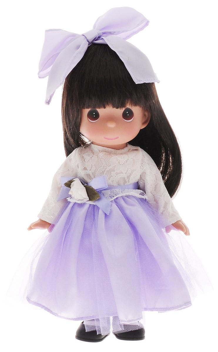 Precious Moments Кукла Симпатичная брюнетка в кружевах6571Коллекция кукол Precious Moments ростом выше 30 см насчитывает на сегодняшний день более 600 видов. Куклы изготавливаются из качественного, безопасного материала и имеют пять базовых точек артикуляции. Каждый год в коллекцию добавляются все новые и новые модели. Каждая кукла имеет свой неповторимый образ и характер. Она может быть подарком на память о каком-либо событии в жизни. Куклы выполнены с любовью и нежностью, которую дарит нам известная волшебница - создатель кукол Линда Рик! Кукла Симпатичная брюнетка в кружевах очарует вас и вашу дочурку с первого взгляда! Кукла одета в длинное платье с белым кружевным верхом и пышной юбкой. На ногах куколки - черные туфли. Одежда куклы съемная. У девочки длинные темные волосы и большие карие глаза. Игра с куклой разовьет в вашей малышке чувство ответственности и заботы. Порадуйте свою принцессу таким великолепным подарком!