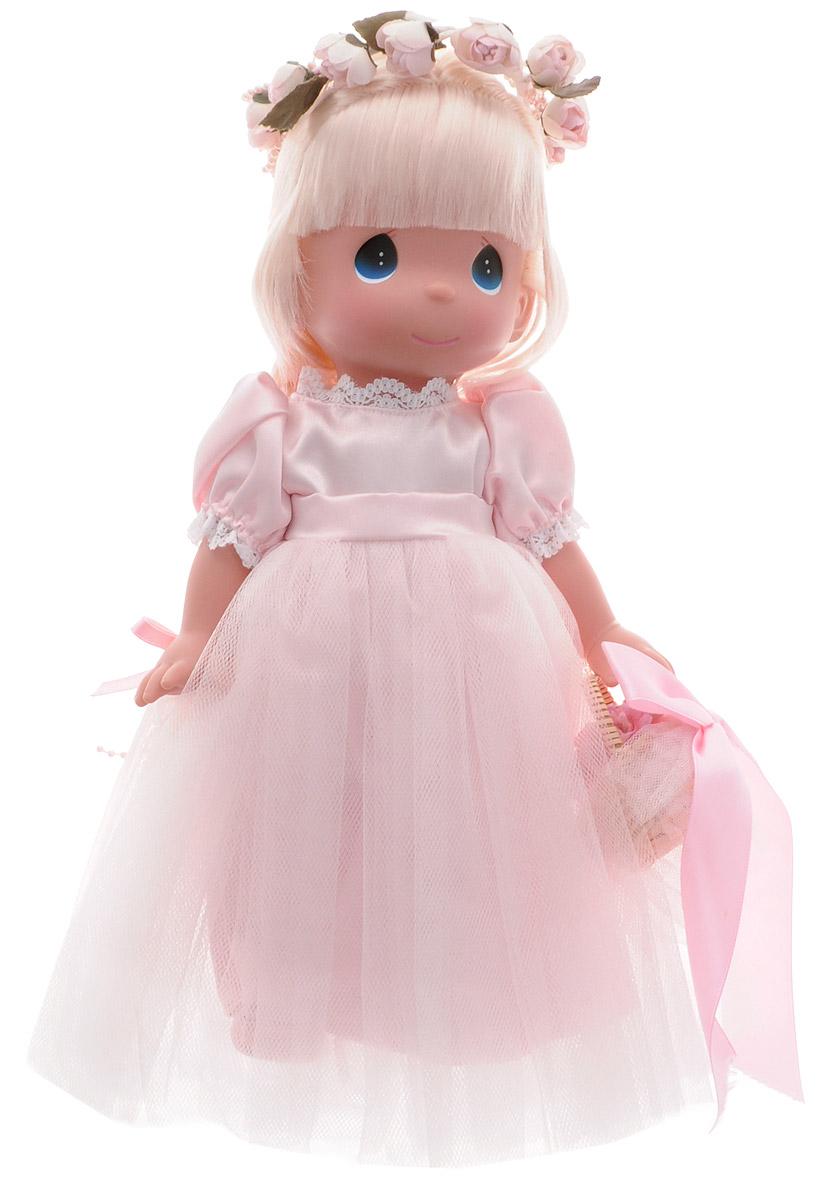 Precious Moments Кукла Драгоценный лепесток блондинка6558Коллекция кукол Precious Moments ростом выше 30 см насчитывает на сегодняшний день более 600 видов. Куклы изготавливаются из качественного, безопасного материала и имеют пять базовых точек артикуляции. Каждый год в коллекцию добавляются все новые и новые модели. Каждая кукла имеет свой неповторимый образ и характер. Она может быть подарком на память о каком-либо событии в жизни. Куклы выполнены с любовью и нежностью, которую дарит нам известная волшебница - создатель кукол Линда Рик! Кукла Драгоценный лепесток одета в шикарное светло-розовое платье с пышной юбкой. На ногах - туфельки в цвет платья. Светлые длинные волосы куклы заплетены в косу. Вся одежда у куклы съемная. Очаровательный образ дополняют венок из роз на голове и корзинка с цветами и атласным бантом. У девочки большие синие глаза. Игра с куклой разовьет в вашей малышке чувство ответственности и заботы. Порадуйте свою принцессу таким великолепным подарком!