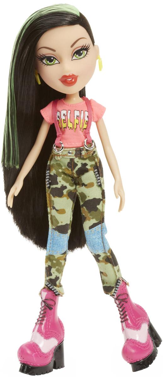 Bratz Кукла Джейд Давай знакомиться цвет одежды розовый хаки981909Джейд - настоящая тусовщица, которая к тому же как никто другой разбирается в модных тенденциях. Кукла Джейд выглядит очень стильно и эффектно. Она одета в розовую футболку, брюки цвета хаки и массивные розовые ботильоны на платформе. Яркий образ дополняют квадратные серьги желтого цвета. Длинные черные волосы куколки можно расчесывать и убирать в разнообразные прически. Bratz - это оригинальные куклы-модницы, популярные среди миллионов девочек во всем мире. У куклы большая голова и худощавое тело, большие миндалевидные глаза и блестящие губки. У нее подвижные руки, ноги сгибаются в коленях, а значит, игра с ней станет еще более интересной и увлекательной! Порадуйте свою малышку таким великолепным подарком!