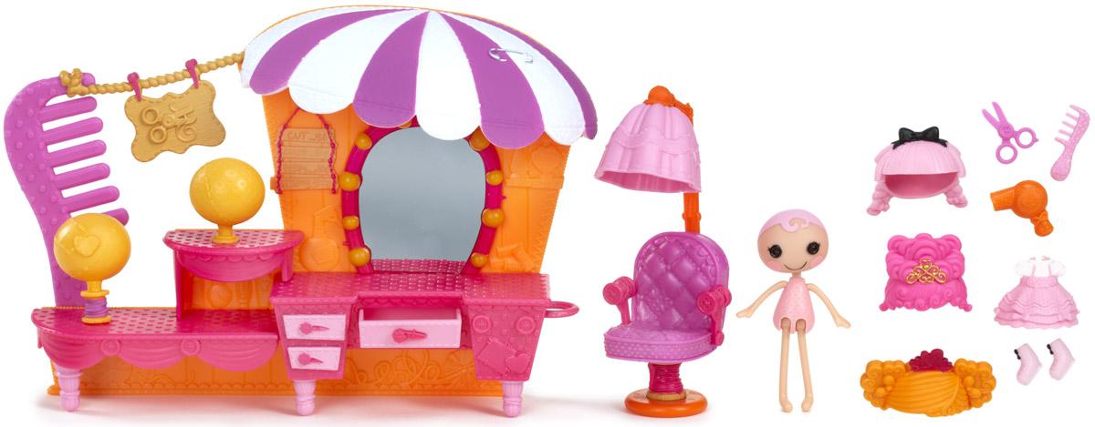 Lalaloopsy Игровой набор с мини-куклой Салон красоты541387_салон красотыИгровой набор Lalaloopsy Салон красоты приведет в восторг вашу малышку и подарит ей долгие часы увлекательной и веселой игры. В салоне поместился яркий туалетный столик с зеркалом и парикмахерское кресло. У столика выдвигается ящичек. Набор включает в себя куколку, 3 съемных парика, платье, обувь и аксессуары. Голова, руки и ноги куколки подвижны. Для своего небольшого размера игрушка отлично детализирована. С таким набором ваша малышка сможет создавать различные сюжеты и воплощать их в жизнь, тем самым развивая фантазию и мелкую моторику рук. Маленькая непоседа проведет много увлекательных часов игры, попробовав себя в роли модного стилиста. Все элементы набора выполнены из материала высокого качества, который безопасен для здоровья ребенка.