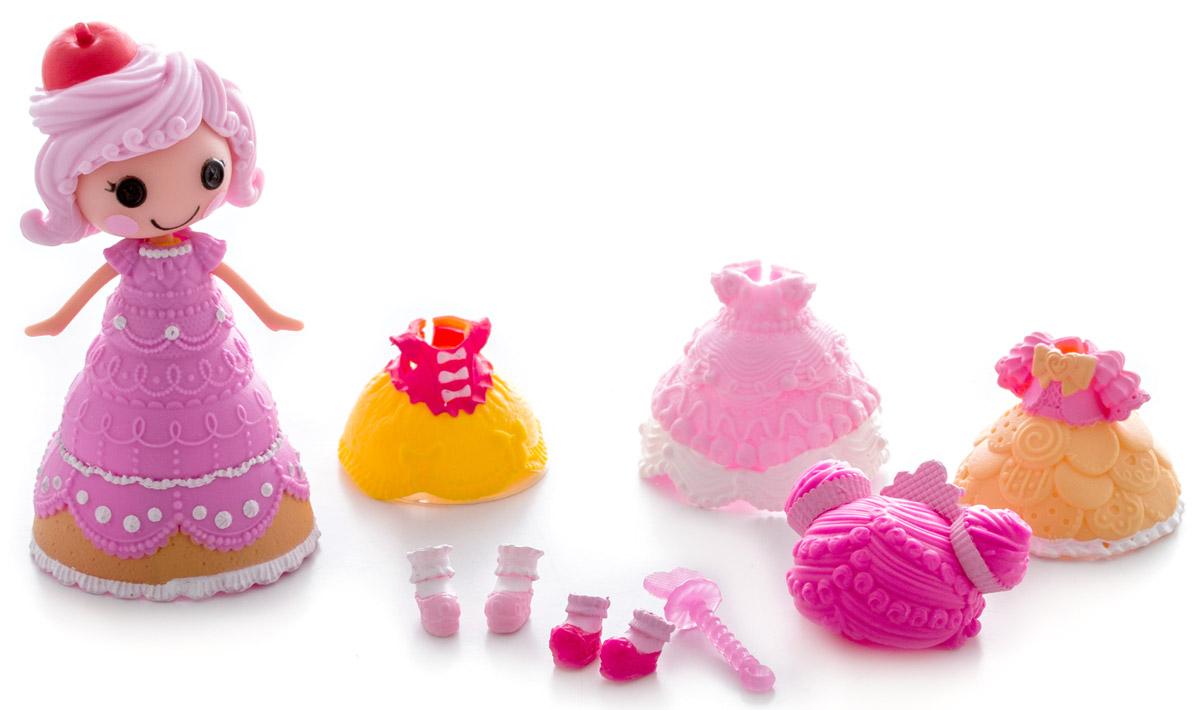 Lalaloopsy Мини-кукла Принцесса Crumbs Sugar Cookie542933_розовая ручкаМини-кукла Lalaloopsy Принцесса Crumbs Sugar Cookie обязательно понравится каждой девочке. В набор входят мини-кукла с очаровательными розовыми щечками, характерными для всех кукол Lalaloopsy, и разнообразные аксессуары для нее: сменные парики, обувь, одежда и волшебная палочка. С их помощью можно менять наряды кукле, создавая новые причудливые образы. Бальное платье принцессы может менять свой цвет! Просто опустите его в холодную воду и увидите результат. Для своего небольшого размера игрушка отлично детализирована. С такой куколкой ваша малышка может создавать различные сюжеты и воплощать их в жизнь, тем самым развивая фантазию и мелкую моторику рук. Все элементы набора выполнены из материала высокого качества, который безопасен для здоровья ребенка.