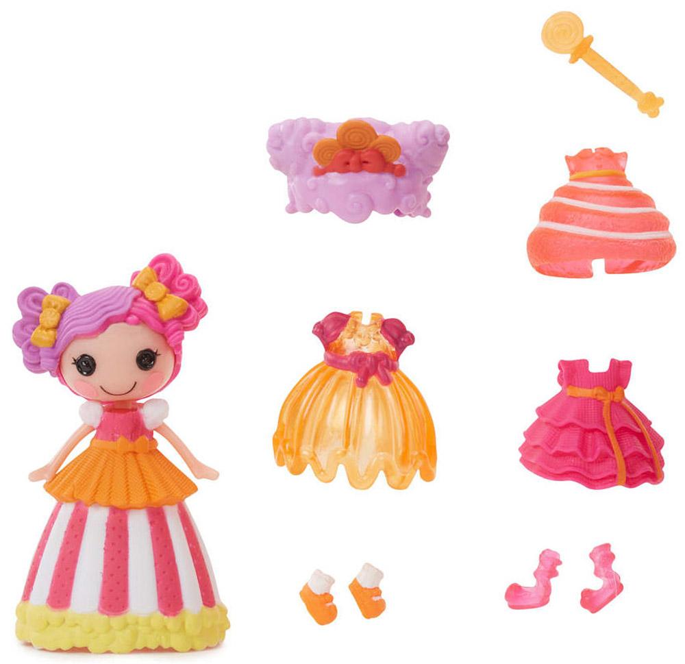 Lalaloopsy Мини-кукла Принцесса Peanut Big Top542933_оранжевая ручкаМини-кукла Lalaloopsy Принцесса Peanut Big Top обязательно понравится каждой девочке. В набор входят мини-кукла с очаровательными розовыми щечками, характерными для всех кукол Lalaloopsy, и разнообразные аксессуары для нее: сменные парики, обувь, одежда и волшебная палочка. С их помощью можно менять наряды кукле, создавая новые причудливые образы. Бальное платье принцессы может менять свой цвет! Просто опустите его в холодную воду и увидите результат. Для своего небольшого размера игрушка отлично детализирована. С такой куколкой ваша малышка может создавать различные сюжеты и воплощать их в жизнь, тем самым развивая фантазию и мелкую моторику рук. Все элементы набора выполнены из материала высокого качества, который безопасен для здоровья ребенка.