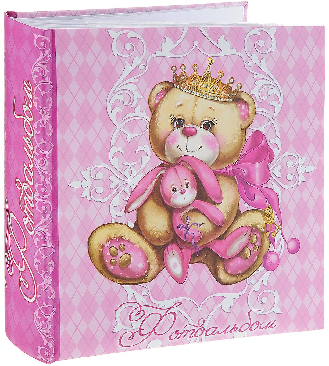 Фотоальбом Magic Home Принцесса-Медведица, цвет: розовый, светло-коричневый, на 200 фотографий, 10 х 15 см41296Фотоальбом Magic Home Принцесса-Медведица поможет красиво оформить ваши самые интересные фотографии. Обложка, выполненная из толстого картона, оформлена красивым изображением. Внутри содержится блок из 50 белых листов с фиксаторами-окошками из полипропилена. Альбом рассчитан на 200 фотографий формата 10 х 15 см (по 2 фотографии на странице). Переплет - книжный. Фотоальбом имеет поля для записей, что позволит подписать фотографии. Нам всегда так приятно вспоминать о самых счастливых моментах жизни, запечатленных на фотографиях. Поэтому фотоальбом является универсальным подарком к любому празднику. Количество листов: 50 шт. Размер фотоальбома: 22 х 22 см.
