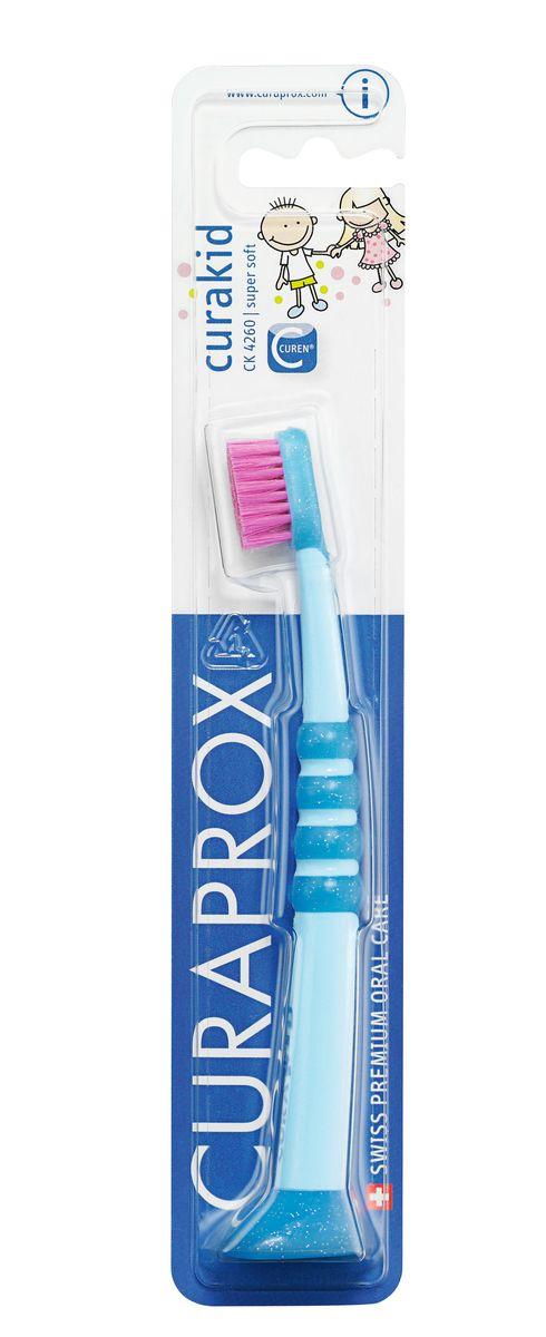 Curaprox CK 4260 Зубная щетка детская Curaprox с гуммированной ручкойCurakidCK4260Детская зубная щетка с мягкой щетиной предназначена для ежедневной чистки зубов ребенка. Небольшая форма головки щетки обеспечивает превосходный доступ ко всем зонам полости рта. Прорезиненная ручка удобно удерживается в руке ребенка и позволяет легко манипулировать щеткой. Состав: Инструкция к применению: Используйте сразу после прорезывания первого зуба. Щетка рекомендована для детей от 0-4 лет. Утверждено детскими врачами-стоматологами.