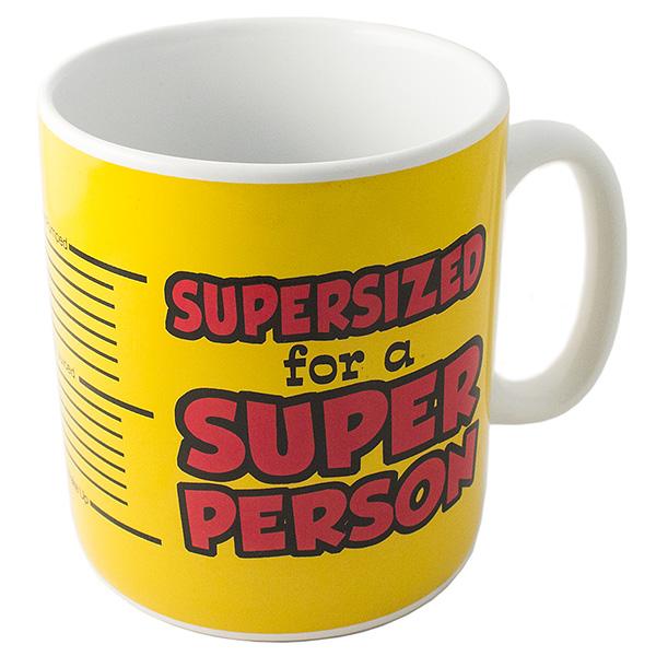 Кружка Эврика Гигант. Для Супер-персоны, цвет: желтый97478Кружка Эврика Гигант. Для Супер-персоны выполнена из керамики и оформлена надписью Supersized for a Super Person. Эта большая кружка - веселый подарок-намек для человека, умеющего впечатлять. Удобная широкая ручка под крепкую руку, внушительный объем и простота дизайна - три слагаемых, дающих в сумме хороший подарок - кружку настоящего мужчины.