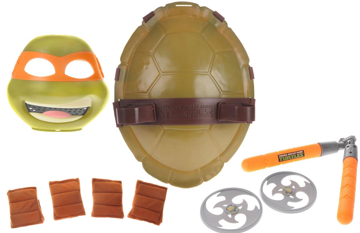 Черепашки Ниндзя Полная экипировка Микеланджело92080_зеленый, оранжевыйПолная экипировка Черепашки Ниндзя Микеланджело непременно понравится вашему ребенку. Его бандана оранжевого цвета, оружие - нунчаки; хотя иногда он использует и другие типы парного оружия (как например цепляющие крюки). Майки - самая веселая черепашка в своей семье. Комплект включает в себя: маску, панцирь-щит, нунчаки, 2 метательные звездочки, 2 налокотника, 2 наколенника. Маска имеет прорези для глаз и держится на голове при помощи эластичных ремешков на липучке. Внутри маски находится специальная резиновая накладка по контуру глаз и носа. Щит выполнен из прочного материала и оснащен текстильными регулируемыми ремнями: с помощью липучки щит можно закрепить на поясе, с помощью пластиковых фиксаторов - на обоих плечах. Также щит снабжен двумя специальными универсальными держателями, которые подходят для любого оружия Черепашек-ниндзя. С такой экипировкой ваш ребенок без труда перевоплотиться в любимого героя. Не упустите шанс порадовать своего ребенка замечательным...