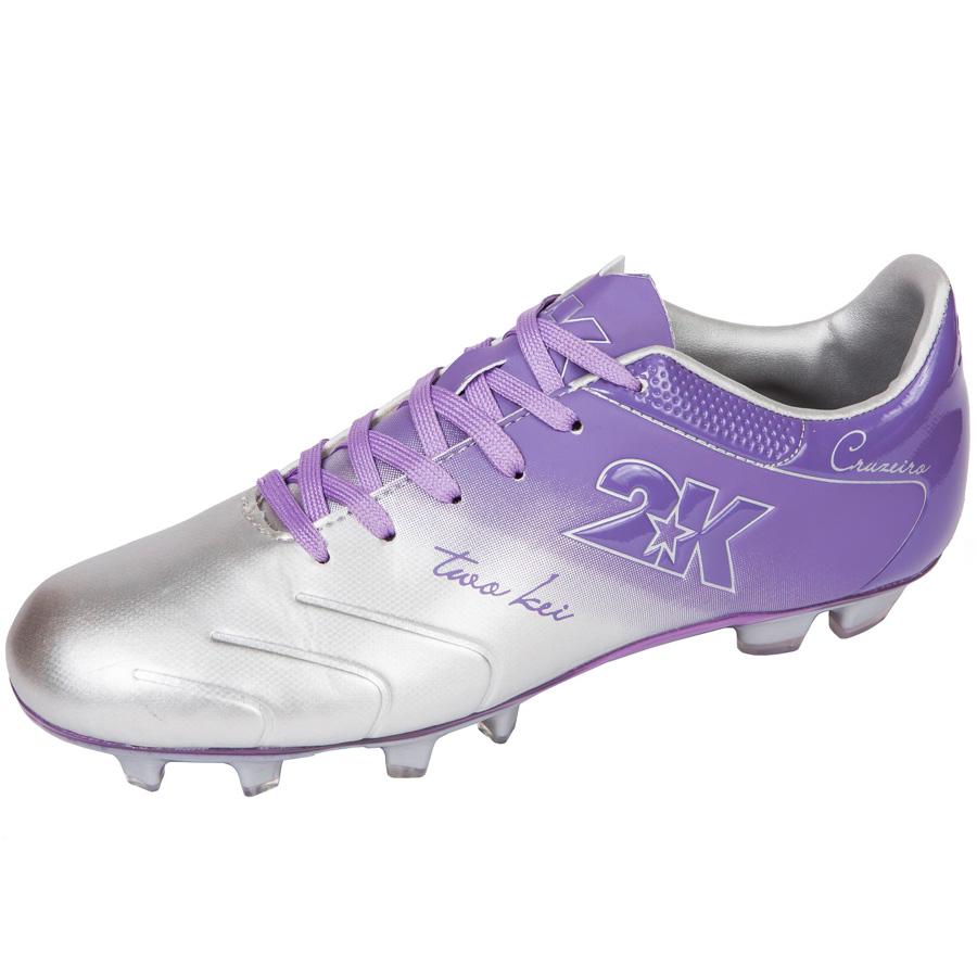 Бутсы футбольные 2K Sport Cruzeiro, цвет: серебристый, фиолетовый. Размер 43125323-silver-violetЯркие футбольные бутсы 2K Sport Cruzeiro, выполненные из микрофибры в современном стиле, подойдут для натуральных и искусственных покрытий. Облегченная, износостойкая подошва, конфигурация которой приближена к форме стопы, способствует комфорту и хорошей чувствительности при игре. Бесшовная конструкция верха. Бутсы оснащены пластиковой усилительной вставкой (супинатором). Эргономичная стелька. 2 пары шнурков разного цвета в комплекте.
