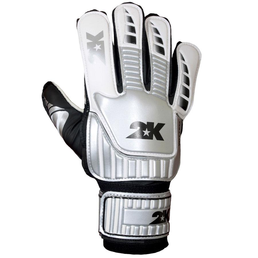 Перчатки вратарские 2K Sport Wittem, цвет: белый, серебристый, черный. Размер 10124901-white-silver-black2K Sport Wittem - это отличный вариант для начинающих вратарей. Ладонь, выполненная из латексной пены, обеспечивает отличное сцепление даже при игре в дождливую погоду. Оригинальные манжеты с технологией анатомической поддержки руки препятствуют травмам. Широкая застежка по всей длине запястья обеспечивает плотное облегание кисти рук вратаря. Обхват ладони 27 см.