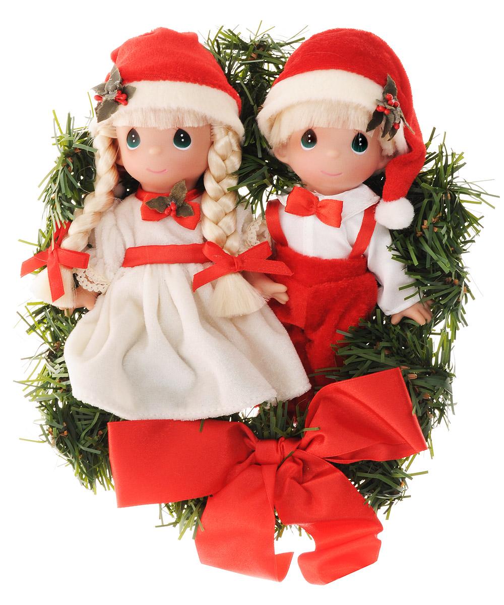 Precious Moments Набор кукол Окруженные радостью в Рождество 2 шт2154Какие же милые эти куколки Precious Moments. Создатель этих очаровательных крошек настоящая волшебница - Линда Рик - оживила свои творения, каждая кукла обрела свой милый и неповторимый образ. Эти крошки могут сопровождать вас в чудесных странствиях и сделать каждый момент вашей жизни незабываемым! Куклы из набора Precious Moments Окруженные радостью в Рождество одеты в традиционные новогодние костюмы. На головах у куколок новогодние колпачки. У куколок большие зеленые глаза. Благодаря играм с куклами, ваша малышка сможет развить фантазию и любознательность, овладеть навыками общения и научиться ответственности. Порадуйте свою принцессу таким прекрасным подарком! Куколки поставляются в круглой подарочной коробке.