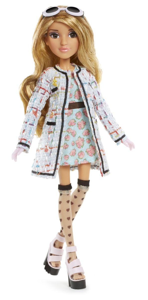 MС2 Кукла Адрианна539186Кукла MС2 Адрианна создана по мотивам телесериала для девочек Project MC2. Она выглядит очень ярко и эффектно. У нее длинные густые волосы, красивое лицо с элегантным макияжем и невероятно живые глаза. Адрианна одета в изящное платьице в цветочек и стильное пальто, а также чулки и босоножки на массивной платформе. Для более яркого образа длинноногой красавицы можно надеть на нее солнечные очки, выполненные в оригинальном стиле. Кукла имеет подвижные суставы: колени, бедра, запястья, локти, плечи, шею. Она может принимать различные позы, а значит сюжетно-ролевая игра с ней станет еще более интересной и увлекательной. В комплекте с куклой идет колбочка для создания парфюмерной воды. Ваш ребенок сможет провести эксперимент в домашних условиях. Для этого нужно взять лепестки розы (или любого другого цветка), размельчить - разорвать их и добавить в розовую воду. Все это размешать в флаконе и получить великолепный запах парфюмерной воды! Порадуйте вашего...