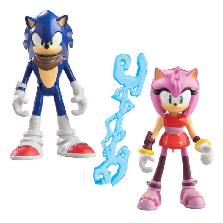 Sonic Boom Набор фигурок Соник и ЭмиT22031Набор фигурок Sonic Boom Соник и Эми создан по мотивам мультсериала Sonic Boom, основанного на культовой компьютерной игре 90-х годов Sonic the Hedgehog. Соник – синий еж, получивший способность передвигаться со скоростью звука. Дружелюбный и приветливый, честный и не приемлющий предательства, бесстрашный и упрямый, очень свободолюбивый и немного легкомысленный. Он обожает приключения и очень любит путешествовать. Размеренная жизнь навевает на него смертельную скуку, поэтому Соник живет «на полную катушку», не боится рисковать и всегда готов ввязаться в опасное предприятие. Ежиха Эми Роуз – мечтательная и заботливая, но немного вспыльчивая особа, безнадежно влюбленная в Соника. Ради него она готова совершать безрассудные поступки и из-за этого часто попадает в беду. Фигурки выполнены из прочного пластика. Ножки, ручки и головы у фигурок подвижные. С таким набором ваш ребенок сможет придумывать и разыгрывать свои собственные приключения!
