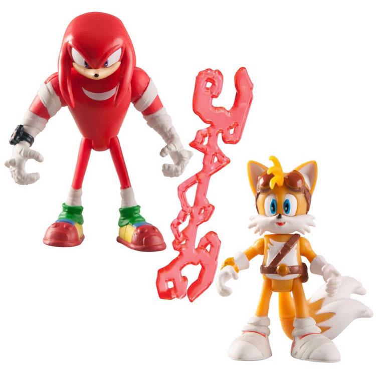 Sonic Boom Набор фигурок Наклз и ТейлзT22032Набор фигурок Sonic Boom Наклз и Тейлз создан по мотивам мультсериала Sonic Boom, основанного на культовой компьютерной игре 90-х годов Sonic the Hedgehog. Суперскоростной синий ёжик Соник хорошо знаком даже тем, кто не увлекается видеоиграми. Неординарная внешность, яркий характер и потрясающая харизма делают этого героя не только привлекательным, но и запоминающимся персонажем, образ которого не устарел за столь длинную для компьютерного героя историю. Благодаря мультфильмам о приключениях Соника и его друзей забавный синий ежик и по сей день остается одним из любимых героев как у детей, так и у взрослой аудитории. Лис Тейлз – лучший друг Соника, обладатель двух хвостов, с помощью которых может летать. Тейлз гениальный механик и мог бы поспорить в этом с самим доктором Эггманом, но стеснительность и скромность не позволяют раскрыться его уникальным талантом в полной мере. Красная ехидна по имени Наклз – друг ежа Соника и лиса Тейлза, самый сильный герой...
