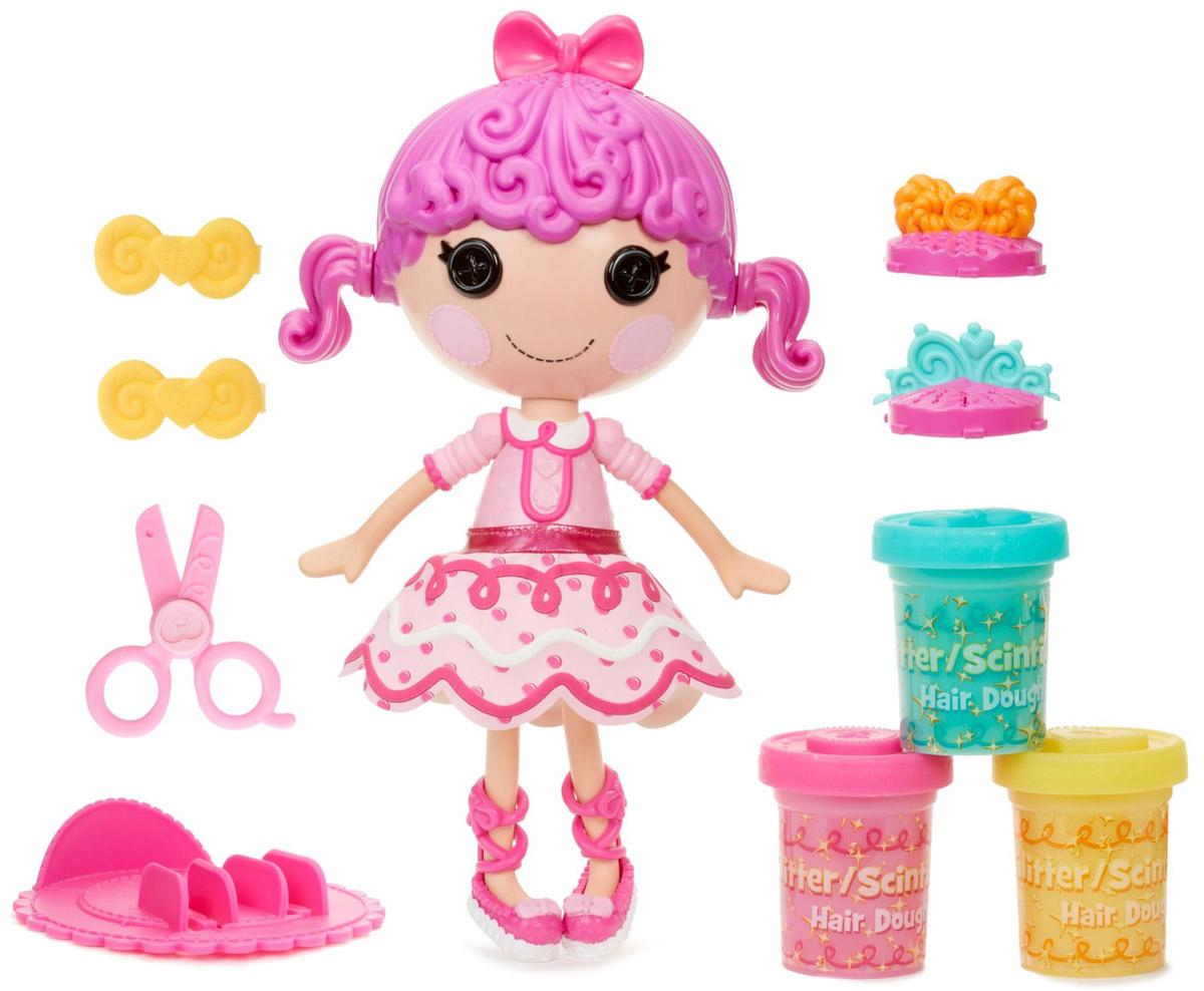 Lalaloopsy Игровой набор с куклой Сластена544517Игровой набор с куклой Lalaloopsy Сластена - это увлекательный набор с очаровательной куколкой с глазами-пуговками, румяными щечками, милой улыбкой и фиолетовыми волосами, украшенными бантом. Куколка одета в розовое платье с воротничком, на ногах у нее - розовые ботиночки. Одежда и обувь куколки снимается, что позволяет малышке самой придумывать образ. Ручки и ножки куклы подвижны, а голова вращается на 360°. В набор также входят ножницы, 3 контейнера, 2 насадки-экструдера, 2 заколки для волос, подставка для куклы. Волосы куклы изготовлены из пластилина и могут отрастать снова и снова. Чтобы прическа Сластены была еще интереснее, используйте разные насадки - форма прядей, также, будет меняться. Они могут быть спиральками, прямыми или волнистыми. Создавайте смешные, необычные прически. Все очень просто выбираем цвет или сочетание цветов, наращиваем их, отрезаем, декорируем. Благодаря играм с куклой, ваша малышка сможет развить фантазию и...