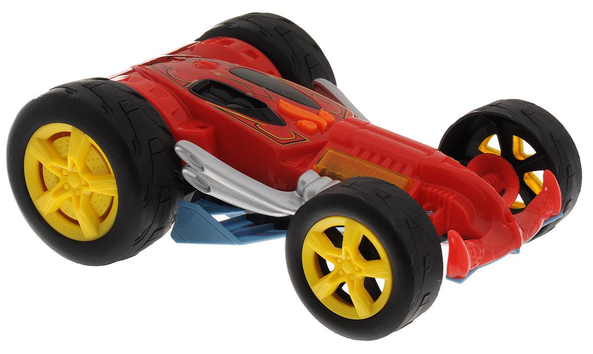 Hot Wheels Машинка Bad to the BladeHW90576Очень яркая и необычная машинка-перевертыш Hot Wheels Yur So Fast с электроприводом из серии Flipping Fury, со световыми и звуковыми эффектами - отличный подарок для каждого мальчишки! Этот замечательный гоночный автомобиль является игрушкой 2 в 1 - с одной стороны корпус выполнен в красном цвете, с другой - в серо-голубом. Дизайн авто дополнен блестящими хромированными деталями, диски колес - ярко-желтые. Главная особенность игрушки в том, что во время движения она переворачивается то одной, то другой стороной корпуса вверх. Машинка является электромеханической - работает от батареек, запускается в движение при помощи кнопки, расположенной в верхней части корпуса, оснащена звуковыми и световыми эффектами. Рекомендуется докупить 4 батарейки напряжением 1,5V типа АА/LR6 (товар комплектуется демонстрационными).