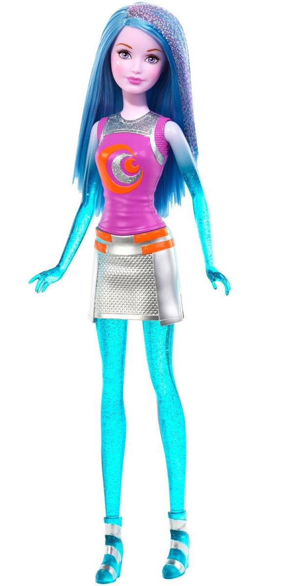Barbie Кукла Космическое приключение цвет волос голубойDLT27_DLT29Великолепные космические сестры отправляются на поиски веселья за пределы Вселенной! Две активные девушки могут превратиться в персонажей бесконечных и увлекательных историй, ведь они могут контролировать гравитацию и антигравитацию, а также разговаривать друг с другом телепатически (каждый комплект продается по отдельности). Эти галактические сестры - настоящие звезды приключений. На куколке Barbie Космическое приключение идеальный наряд для приключений (наряд пластиковый, не снимается). Длинные голубые волосы куклы украшены блестками. Ноги, руки и голова куклы подвижные. Соберите всех кукол и все аксессуары из фильма Barbie и космическое приключение и откройте для себя целую вселенную увлекательных историй!