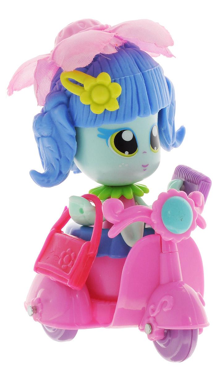 Daisy Игровой набор с куклой Цветочек с мопедом18806_голубойИгровой набор с куклой Daisy Цветочки - это разноцветные разборные игрушки, которые могут меняться между собой горшочками, прическами, цветочными шляпками и аксессуарами. Игрушка выполнена в виде куколки в цветочном горшочке. У куколки огромные нарисованные глазки, ручки-лепестки и голубые волосы. Прическа куколки украшена съемной текстильной шляпкой в виде цветка. Дополняют модный образ куколки розовая сумочка, записная книжка и украшение для волос. В комплекте с куколкой имеется мопед розового цвета. Цветочек может кататься по дорожкам любимого города на таком замечательном транспорте. Куколки-цветочки можно наряжать, меняя их образы, брать с собой в дорогу или в гости! Соберите коллекцию и подружите куколок между собой! Мини-кукла Daisy Цветочек ароматизированная.