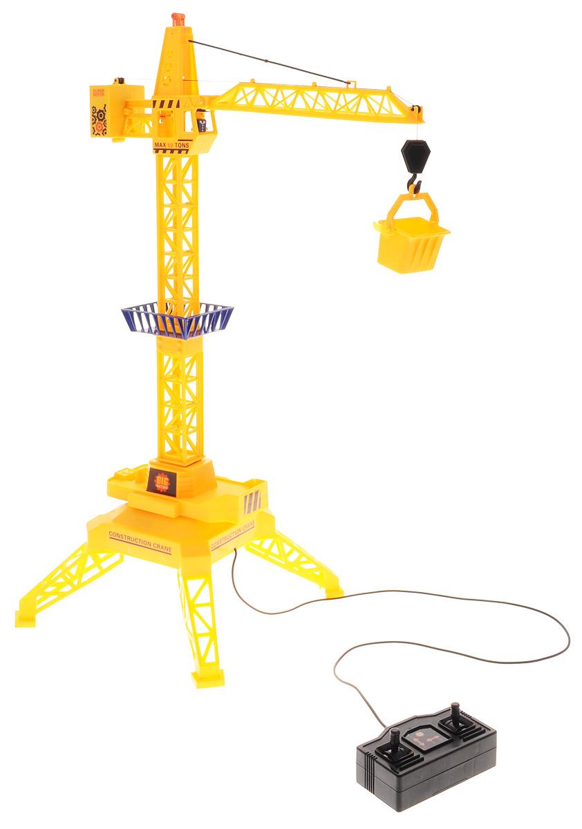Big Motors Подъемный кран на проводном управлении9898Подъемный кран на проводном управлении Big Motors обязательно привлечет внимание вашего ребенка. Игрушка выполнена из прочного пластика в виде подъемного крана с высокой степенью детализации. Игрушка может поворачивать башню на 360°, поднимать и опускать груз. Движения крана и лебедки управляются с помощью проводного пульта. Работа игрушки сопровождается световыми эффектами. В комплекте с краном также идет контейнер, который можно подвесить к крюку стрелы. Малыш проведет с этой игрушкой много увлекательных часов, воспроизводя свою стройку. Ваш ребенок будет в восторге от такого подарка! Для работы игрушки необходимы 2 батарейки типа АА напряжением 1,5V (не входят в комплект).
