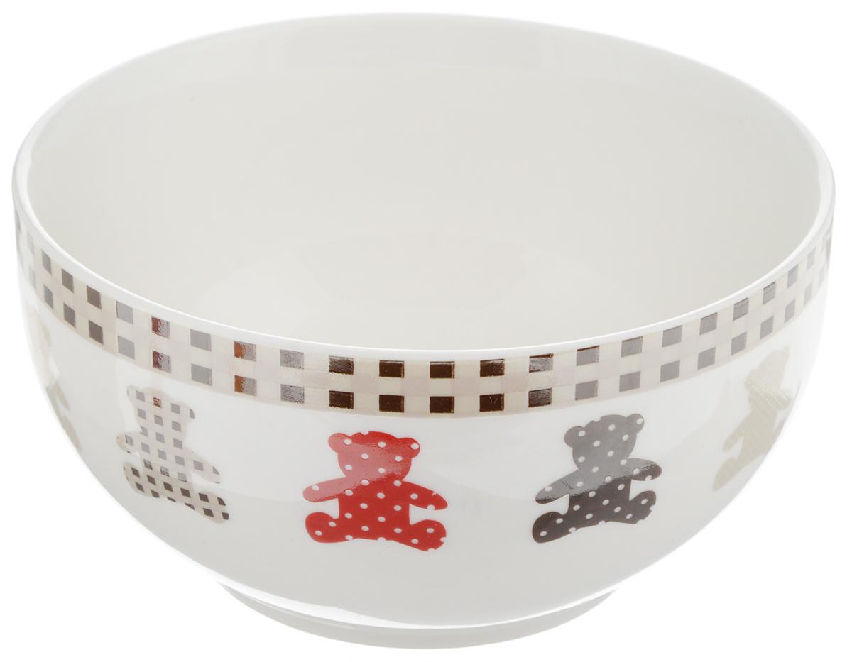 Салатник Ситцевые мишки, 470 млLQB80-T06Салатник Ситцевые мишки изготовлен из высококачественного фарфора. Внешние стенки изделия украшены оригинальным изображением медвежат и красной кромкой по краю. Такой салатник прекрасно подходит для каш, хлопьев, супов, салатов и других блюд. Он дополнит коллекцию вашей кухонной посуды и будет служить долгие годы. Можно использовать в посудомоечной машине и СВЧ. Объем салатника: 470 мл. Диаметр салатника (по верхнему краю): 12,5 см. Высота стенки салатника: 7 см.