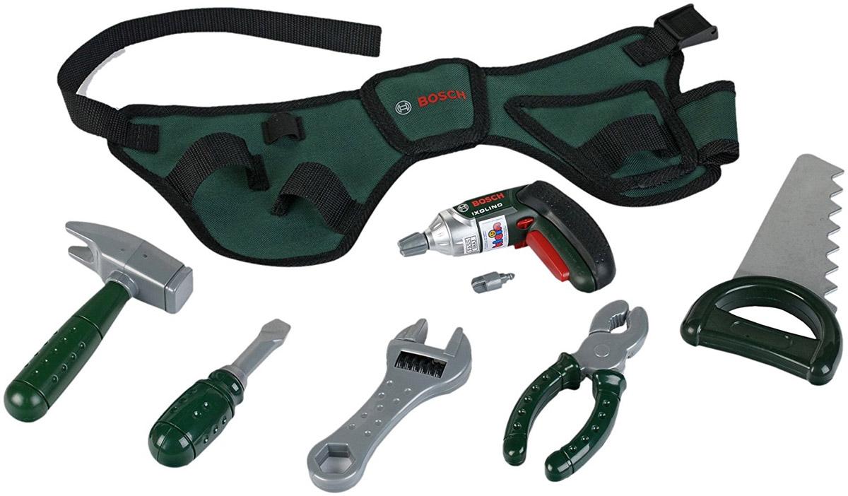 Klein Игрушечный набор инструментов Bosch 84938493Игрушечный набор инструментов Bosch на прочном ремне позволит юному мастеру всегда быть во всеоружии. Ведь из своего поясного ремня он может достать один из 6 предметов, необходимых для починки чего угодно. Вам предстоит собирать, разбирать и строить, пользуясь механизированным игрушечным шуруповертом и отверткой. Развлечение для настоящих мужчин! На удобном ремне, который можно пристегнуть на талию, в каждом кармашке разложены: шуруповерт; отвертка; молоток;пила. Шуруповерт работает в двух режимах (раскручивание и закручивание), может менять скорости работы, а также издает жужжание. Все элементы набора выполнены из качественного и безопасного пластика. Для работы шуруповерта необходимо купить 2 батарейки напряжением 1,5V типа ААА (не входят в комплект).