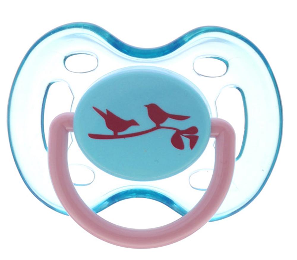 Philips Avent Пустышка силиконовая Птички от 0 до 6 месяцевSCF172/13_бирюзовый/птичкиСиликоновая пустышка Philips Avent Птички с ярким дизайном непременно привлечет внимание вашего малыша. Силикон не обладает вкусом и запахом, что делает этот материал наиболее приемлемым для младенца. Пустышка помогает удовлетворить естественную потребность в сосании, а также тренирует мышцы губ, языка и челюсти, что играет важную роль в развитии речи и способности пережевывать пищу. Загубник пустышки оснащен специальными вентиляционными отверстиями, которые предотвращают накопление слюны и защищают нежную детскую кожу от покраснений и раздражения. Мягкая соска пустышки учитывает естественное строение и развитие неба, зубов и десен младенца. Защелкивающийся защитный колпачок предназначен для гигиеничного хранения стерилизованных пустышек, а кольцевая ручка обеспечит более удобное вынимание пустышки. В комплекте пустышка с колпачком. Не содержит бисфенол А.