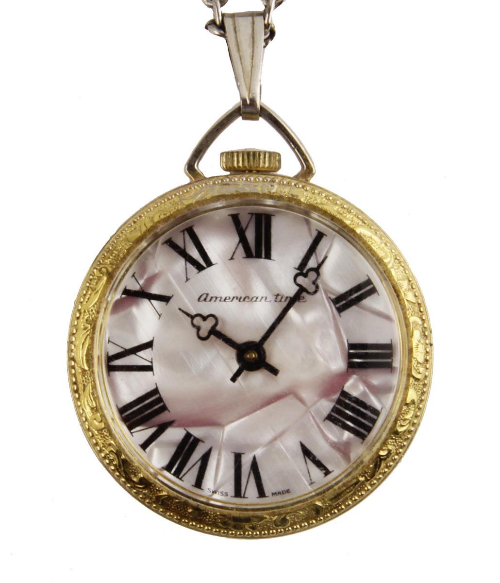 Изящные дамские часы на цепочке. Металл, стекло, кварцевый часовой механизм. Конец XX векаОС28659Изящные дамские часы на цепочке. Металл, стекло, кварцевый часовой механизм. Конец XX века. Диаметр 3,5 см, длина цепочки 60 см. Сохранность хорошая. Часы в рабочем состоянии. Оригинальные дамские часы на цепочке выполнены в классическом стиле. Задняя крышка богато украшена гравированным растительным орнаментом. Стильный акцент винтажного образа и оригинальная идея для подарка!