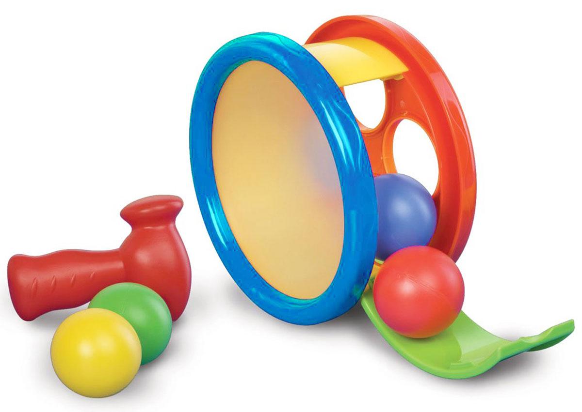B kids Сортер Арена с молоточком004883Сортер B kids Арена с молоточком - это одновременно и сортер с забивалкой, и барабан, и каталка. В барабане находится 4 шарика разных цветов. Если поставить барабан на бок и привести его в движение, шарики внутри будут перекатываться. Вынуть шарики можно, открыв зеленую заслонку с буквами. В варианте игры сортер вам нужно опустить шарики в отверстия соответствующих цветов, а затем забить их с помощью молоточка. Переверните сортер, и вы получите барабан: стучать по нему так же можно молотком. Для детей старше 1 года.