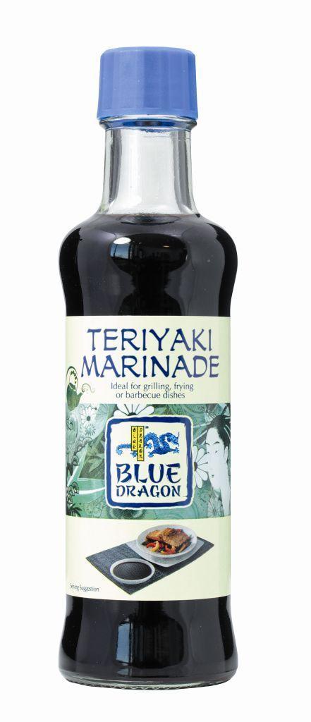 Blue Dragon Терияки маринад, 150 мл010596Придаст карамельный цвет, хрустящую корочку, сладко-пряный вкус и восхитительную сочность жареным овощам и мясу. Замаринуйте мясо, рыбу или овощи перед обжаркой или дополните вкус уже готовых блюд. Особенно хорошо сочетается с курицей и индейкой, придавая их нежному мясу аппетитную сладость и сочность. Также удачно дополнит лапшу с говядиной и овощами. Терияки - это один из приемов японской кулинарии, в котором овощи, мясо или рыба предварительно маринуются в специально бленде соевого соуса и пряных приправ, а затем быстро обжариваются на гриле или в сковороде вок.