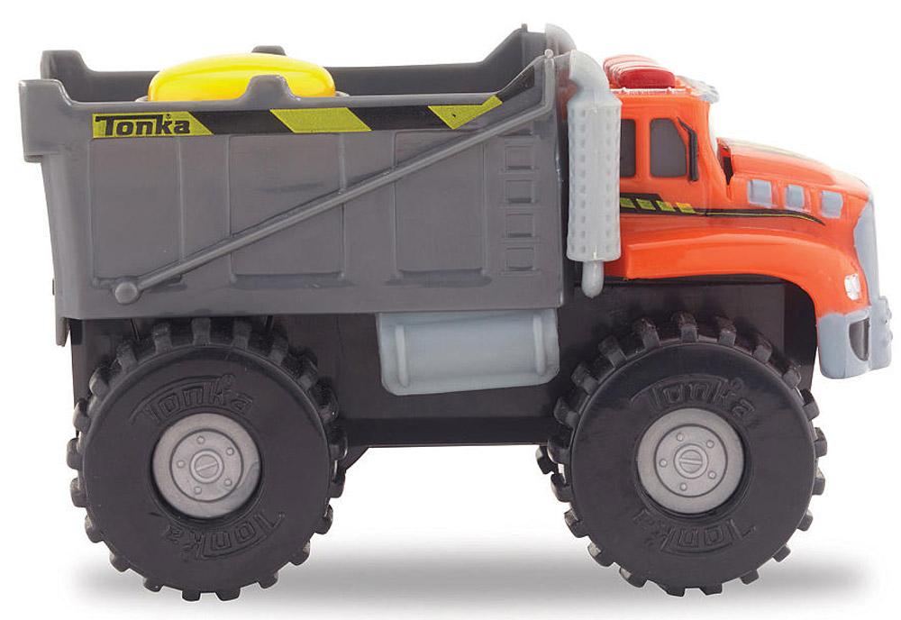 Tonka Самосвалbig_truck_police/ast51478Машинка Tonka Самосвал станет отличным подарком юному любителю гонок. Машинка имеет оранжевую кабину водителя и закрытый серый кузов. Мощные черные колеса автомобиля с серыми дисками легко проедут через любое препятствие. А если ваш ребенок нажмет на большую желтую кнопку, располагающуюся на крыше кузова, то машинка быстро помчится вперед. Собери всю коллекцию машинок данной серии и играй в них вместе с друзьями, придумывая разные игровые сюжеты! Также машинка подойдет для треков этой серии. Машинка продается в яркой блистерной упаковке. Для работы требуются 2 батарейки ААА (входят в комплект).