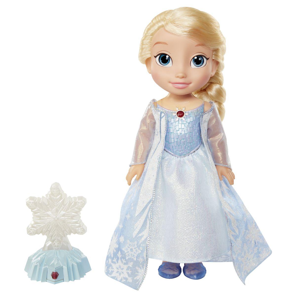 Disney Princess Кукла Эльза Северное сияние297750Кукла Disney Princess Эльза. Северное сияние обязательно понравится вашей дочурке. Туловище куклы Эльзы выполнено из высококачественного пластика; голова, ручки и ножки подвижны. Принцесса одета в красивое платье, точь-в-точь как на героине из мультфильма. На ножках - туфельки. Кукла имеет длинные шелковистые волосы, которые можно заплетать в различные прически. Главная особенность куклы - большие глаза, которые блестят как настоящие. Вместе с куклой в наборе идет светящаяся снежинка на подставке. Если провести над снежинкой рукой, активируются световые и звуковые эффекты и платье Эльзы озарится огоньками. При каждом движении руки над снежинкой платье озаряется новым цветом. Цвет огоньков меняется в произвольном порядке: голубой, белый, розовый, сиреневый и разноцветный. Также при движении руки над снежинкой проигрывается песня (не каждое движение активирует песню). Порадуйте свою дочурку таким замечательным подарком! Рекомендуется докупить 3 батарейки...