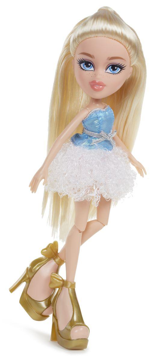 Bratz Кукла Хлоя536956Bratz - это оригинальные куклы-модницы, популярные среди миллионов девочек во всем мире. У куклы большая голова и худощавое тело, большие миндалевидные глаза и блестящие губки. У нее подвижные руки, ноги сгибаются в коленях, а значит и игра с ней станет еще более интересной и увлекательной! Длинноволосая блондинка Хлоя - настоящая кокетка. Она обожает фотографировать и снимать на видео себя и своих друзей, а также играть в футбол и всегда полна энергии. Задумчивая и мечтательная, Хлоя постоянно фантазирует, и фантазии зачастую уносят ее очень далеко от реальности. Кукла одета в элегантное короткое платье с пышкой белой юбке и голубым верхом, а также массивные золотистые босоножки на высоком каблуке. В набор входит также дополнительный сменный наряд и другие аксессуары. Игра с куклами помогает девочкам развивать важные социальные навыки и способности, она активизирует мышление, формирует умение заботиться о других, логику, мелкую моторику и воображение, помогает проработать...