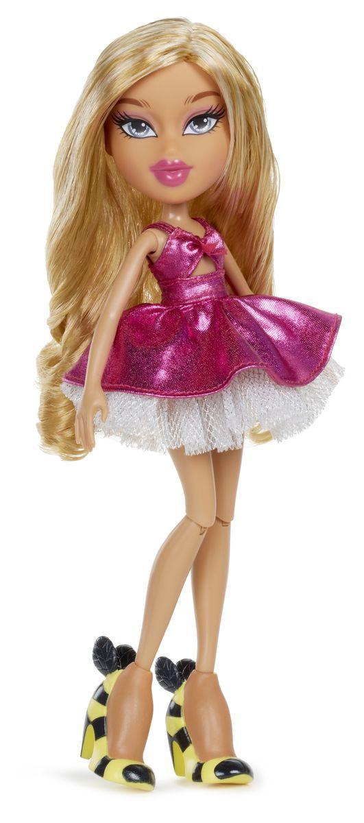Bratz Кукла Рая536963Bratz - это оригинальные куклы-модницы, популярные среди миллионов девочек во всем мире. У куклы большая голова и худощавое тело, большие миндалевидные глаза и блестящие губки. У нее подвижные руки, ноги сгибаются в коленях, а значит и игра с ней станет еще более интересной и увлекательной! Длинноволосая смуглянка Рая очень милая и любит подурачиться, а также обожает гламурный стиль. Она одета в ярко-розовое платье с пышной юбкой и массивные туфли в полоску. В набор также входит сменный наряд: серебристые брюки, белая блузка с коротким рукавом и голубой полушубок. Помимо этого в комплекте имеются стильные аксессуары. Игра с куклами помогает девочкам развивать важные социальные навыки и способности, она активизирует мышление, формирует умение заботиться о других, логику, мелкую моторику и воображение, помогает проработать сценарии взаимодействия с людьми.
