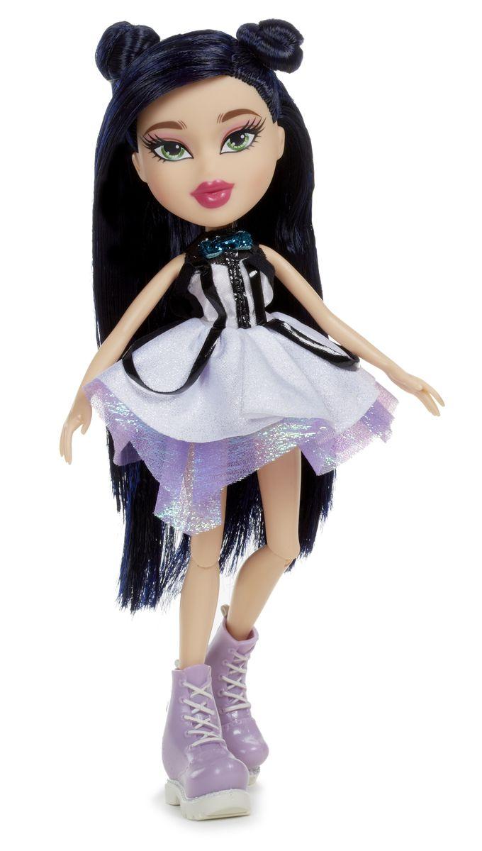 Bratz Кукла Джейд536970Кукла Bratz Джейд - черноволосая красавица и самая главная модница среди Bratz. Она обожает шоппинг и гламурные журналы, откуда она и черпает вдохновение для своих неподражаемых образов. Кукла одета в короткое сиреневое платье с пышной юбкой, а также массивные ботинки на шнурках. В комплекте прилагается сменный наряд, а также аксессуары. Bratz - это оригинальные куклы-модницы, популярные среди миллионов девочек во всем мире. У куклы большая голова и худощавое тело, большие миндалевидные глаза и блестящие губки. У нее подвижные руки, ноги сгибаются в коленях, а значит, игра с ней станет еще более интересной и увлекательной!