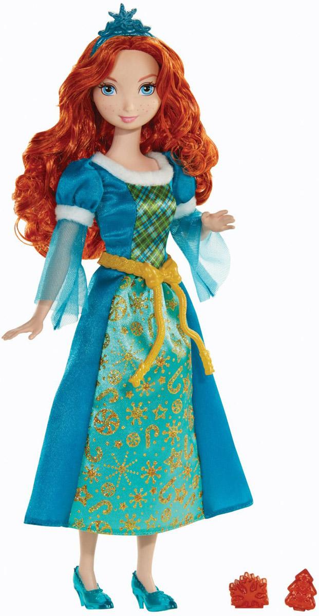 Disney Princess Кукла Мерида с ароматным печеньемBDJ10_BDJ16Кукла Disney Princess Мерида с ароматным печеньем - это игрушка с необычной функцией, в качестве которой выступает наличие приятного аромата. Пахнет не сама кукла, а игрушечные печеньки, входящие в набор. Кукла Мерида одета в необычное платье с нотками зимнего очарования. Рукава и горловина платья украшены тонкими полосами белого искусственного меха. Нижняя часть рукавов - из полупрозрачной ткани. Вся передняя часть юбки украшена золотым блестящим узором, в котором можно разглядеть звезды и рождественские конфетки. Обута Мерида в элегантные синие на маленьком каблучке. В густых рыжих волосах принцессы присутствует маленькая тира в форме снежинки. Ароматное печенье, которое кукла Мерида принесла с собой, сложено в аккуратную подарочную корзину. Они источают очень приятный аромат праздничной сдобы с нотками карамели и корицы. Этот необычный тематический набор с куклой Меридой станет идеальным подарком на зимние праздники - Рождество и Новый год.