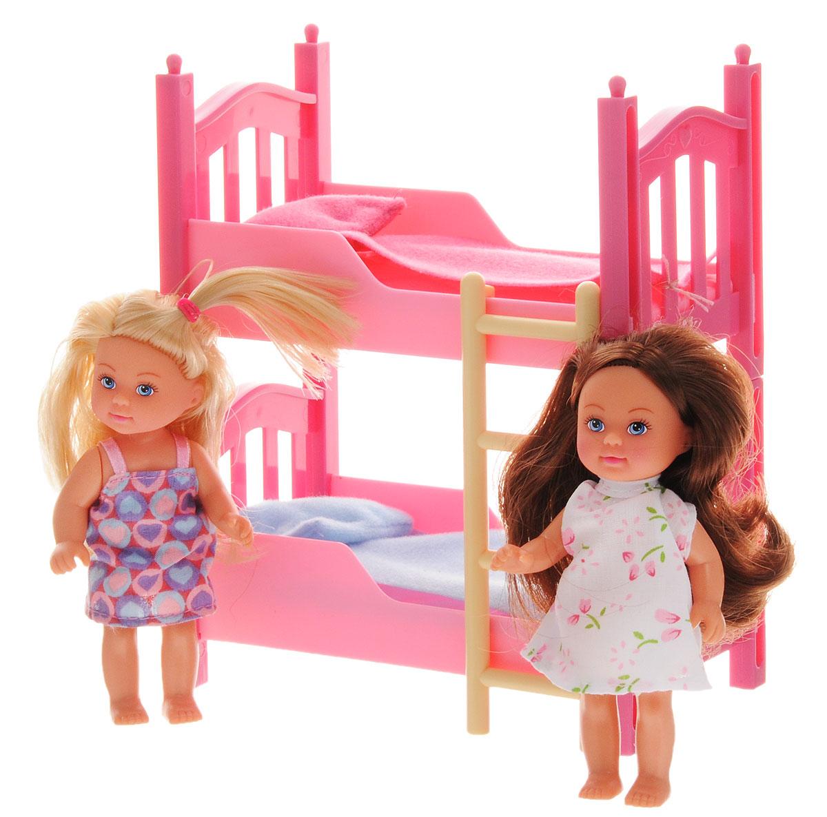 Simba Кукла Еви с подружкой5733847Игровой набор Simba Еви с подружкой порадует любую девочку и надолго увлечет ее. Для домашних посиделок с ночевкой со своей подружкой у куклы Еви есть все необходимое: двуспальная кровать, 2 одеяла, 2 подушки. Еви очень любит сидеть и болтать обо всем дома со своей подружкой. Еви и ее подружка одеты в стильные пижамки. Вашей дочурке непременно понравится заплетать длинные волосы кукол, придумывая разнообразные прически. Руки, ноги и головы кукол подвижны, благодаря чему им можно ваша малышка может создавать и обыгрывать различные ситуации. Игры с таким набором способствуют эмоциональному развитию, помогают формировать воображение и художественный вкус, а также разовьют в вашей малышке чувство ответственности и заботы. Великолепное качество исполнения делают этих куколок чудесным подарком к любому празднику.
