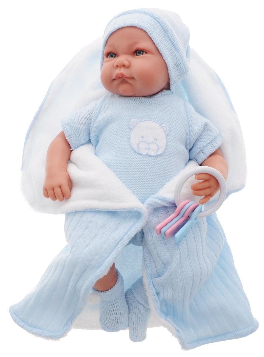 Munecas Antonio Juan Пупс озвученный Фернан3362BПупс озвученный Munecas Antonio Juan Фернан порадует вашу малышку и подарит массу положительных эмоций. Кукла выполнена с анатомической точностью и натуралистичностью, выглядит совсем как настоящий младенец. У куклы идеально соблюдены пропорции тела, воспроизведены все складочки новорожденного. Ручки, ножки и голова куклы подвижны, изготовлены из высококачественного винила, тело - мягконабивное. Малыш одет в голубой комбинезон и голубую шапочку. На ножках пупса - теплые носочки. К пупсу прилагается голубое покрывало и погремушка. Кукла озвученная. Нажмите на животик малышу один раз - и он засмеется, второй раз - скажет мама, третий раз - скажет папа. Munecas Antonio Juan - это бренд с многолетней историей! Образы малышей разработаны известными европейскими дизайнерами. Куклы производятся в Испании из очень мягкого винила, что в сочетании с анатомически точным лицом и телом приближает этих кукол к коллекционным куклам-младенцам. Рекомендуется докупить 3 батарейки...