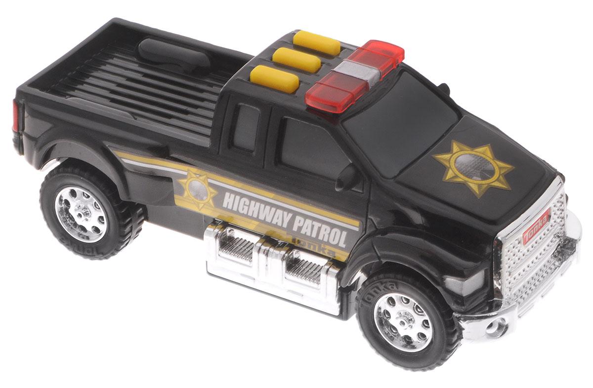 Tonka Машинка Полицияpolice/ast51296Машинка Tonka Полиция станет отличным подарком любому мальчику. Стильный черный корпус автомобиля с желтыми полосками и полицейским значком на капоте надолго увлечет вашего ребенка в игру. Мощные черные колеса имеют серебристые диски. На крыше машинки находятся три прямоугольные желтые кнопки, при нажатии на которые загораются проблесковые маячки и воспроизводятся различные звуковые эффекты. Машинка выполнена из качественного и безопасного материала. Рекомендуется докупить 2 батарейки напряжением 1,5V типа ААА (товар комплектуется демонстрационными).