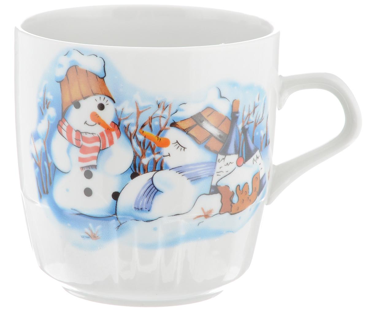 Кружка Фарфор Вербилок Снеговики, 250 мл5812140Красивая кружка Фарфор Вербилок Снеговики способна скрасить любое чаепитие. Изделие выполнено из высококачественного фарфора и украшена рисунком. Посуда из такого материала позволяет сохранить истинный вкус напитка, а также помогает ему дольше оставаться теплым. Объем кружки: 250 мл. Диаметр по верхнему краю: 8 см. Диаметр основания: 5,2 см. Высота кружки: 8,5 см.