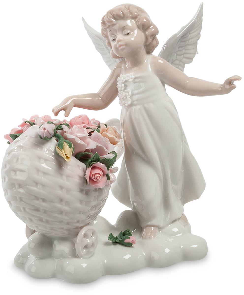 Фигурка Pavone Ангел. JP-22/ 4JP-22/ 4Фигурка Ангела высотой 16 см. Что бы рай был всегда прекрасным, его нужно украшать лишь самыми красивыми цветами! Люди, поведение которых далеко от ангельского, могут оправдать его лишь одним недостатком жизни на небесах: в раю приходится трудиться. Ангелы редко сидят без дела, и фарфоровая статуэтка из коллекции Pavone это наглядно подтверждает. Маленькая девочка с крыльями, хлопочущая у большой розовой корзины, полной цветов, трудится на белой подставке, оформленной в виде облака. Рай тоже нуждается в украшении, а выбрать подходящие цветы может лишь богоподобное существо. Скорее всего, маленькому ангелу дана возможность слышать цветочную музыку: выражение на детском лице и разведенные в стороны руки – свидетельство высокой гармонии, которую пропускает через себя ребенок. На ангеле нарядное белое платье, которое девочки иногда надевают во время балов и больших праздников. Корзинка на колесиках полностью заполнена цветами. Лучшее место для этой...