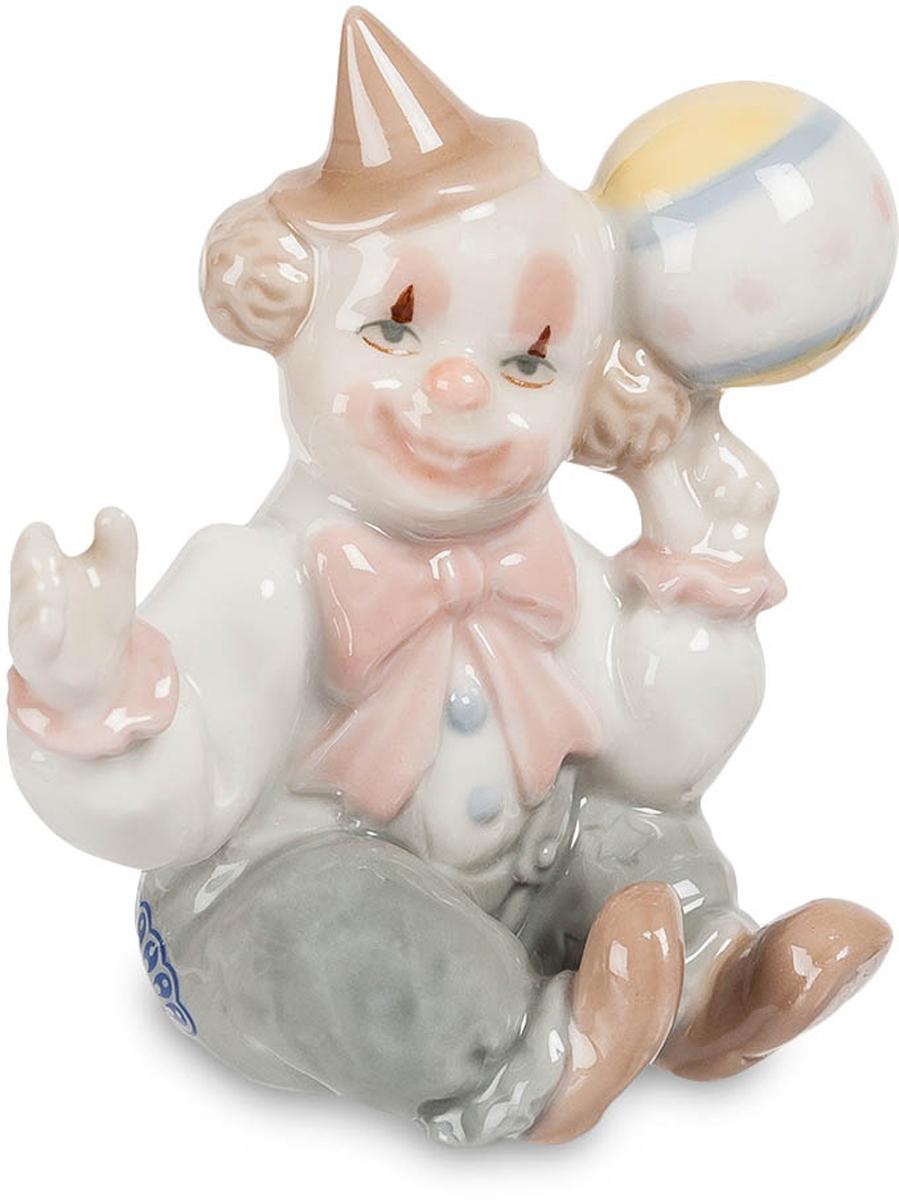 Фигурка Pavone Клоун. CMS-23/18CMS-23/18Фигурка Клоун (Pavone) Это не маленький ребенок, это цирковой клоун, притворяющийся ребенком. Это для клоунов дело привычное – изображать детей на глазах у публики. Колпак набекрень, в руке мячик. Не хотите со мной поиграть? Ну, тогда я сам играть буду, а вы сидите и смейтесь, потому что я даже простую игру с мячом могу сделать уморительно смешной. Я все время улыбаюсь, и только глаза могут выдать, что мне совсем не смешно – просто работа такая. А улыбка – так она просто нарисована. Зато у вас улыбки будут самые настоящие, от души. Веселить-то я умею!. Подарите фигурку человеку, который умеет веселить всех. Ему обязательно понравится.