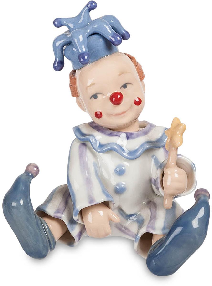 Фигурка Pavone Клоун. CMS-23/19CMS-23/19Фигурка Клоун (Pavone) Для того чтобы вызывать у себя милые и светлые воспоминания о своем детстве, достаточно приобрести забавную фигурку веселого клоуна. Стоит поставить его на самом видом месте, и можно не заметить, что при каждом взгляде на него, у вас непроизвольно появляется добрая улыбка, а настроение, несомненно, только улучшится. Ничто так не дается нам дешево, и не ценится так дорого, как такие безделушки, значение которых очень трудно переоценить. На фоне больших и громоздких, серьезных преподношений, ваш клоун обязательно сможет разрядить обстановку, создаст праздничную атмосферу и подарит всем гостям и виновнику торжества много радости. А если учесть, что все фигурки компании-производителя Pavone выпускаются ограниченным тиражом, то эксклюзивность такого подарка только увеличится.