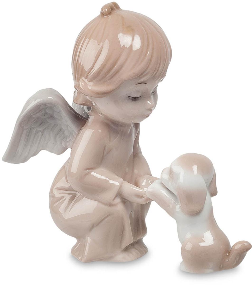 Фигурка Pavone Ангел. JP-05/10JP-05/10Фигурка Ангела высотой 10 см. Нова - покровительница животных. Она оберегает их и всячески им помогает. Самые святые существа – это маленькие ангелочки. Они чистые и телом и своей маленькой искренней душой. Эта статуэтка станет украшением любой коллекции и, несомненно, понравится, как детишкам, так и взрослым. Все настолько продумано в этой фигурке, что она поражает всеми своими особенностями. Ее наряд, хоть и простое, ровное одеяние, но делает образ ангелочка еще более искренним и милым. Основные цвета композиции – коричневые, но это придает какую-то особую атмосферу и прелесть статуэтке. Маленькая собачка, которая ластится к ангелу, дополняет образ нежного, доброго маленького существа.
