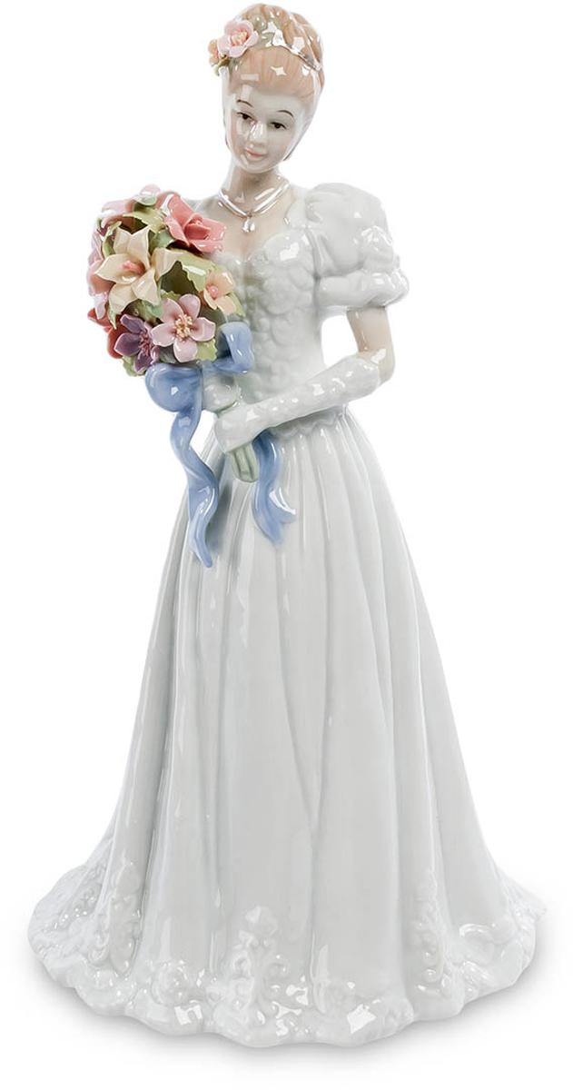 Фигурка Pavone Невеста. CMS-10/20CMS-10/20Фигурка Невеста (Pavone) Невеста готова совершить самый важный шаг в своей жизни. Она наряжена в торжественное платье, прическа ее украшена цветами и в руке – торжественный свадебный букет. Но взгляд ее тревожен: слишком многое изменится в ее жизни буквально через минуту, и она пытается представить себе эти изменения и саму себя в новой роли – супруги, хозяйки дома, матери своих будущих детей. Тревога эта не омрачает лицо невесты: она верит, что все эти перемены – только к лучшему и ее ждет настоящее семейное счастье. Подарив невесте такую фигурку, можно пожелать ей всего того, что она сама ждет от решающего шага к семейной жизни.