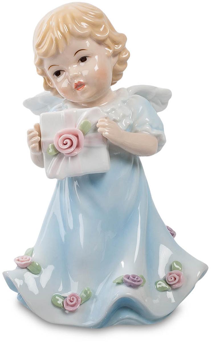 Музыкальная фигурка Pavone Ангелочек. CMS-11/27CMS-11/27Музыкальная фигурка Ангелочек (Pavone) Крошечный малыш-ангелочек прилетел на своих маленьких крылышках и принес подарок. Что в этой коробочке, украшенной бантом и розовой розочкой, остается загадкой. Но явно что-нибудь приятное. Не может же такой красавчик с кудрявыми волосиками, наряженный в длинный голубой балахон с розами по нижнему краю, принести в подарок какую-нибудь безделушку. При этом вручение подарка сопровождается еще и приятной музыкой: фигурка ангелочка – музыкальная, и чтобы услышать музыку, достаточно завести ключик, расположенный на нижнем краю фигурки. Музыка делает момент вручения подарка еще более торжественным.